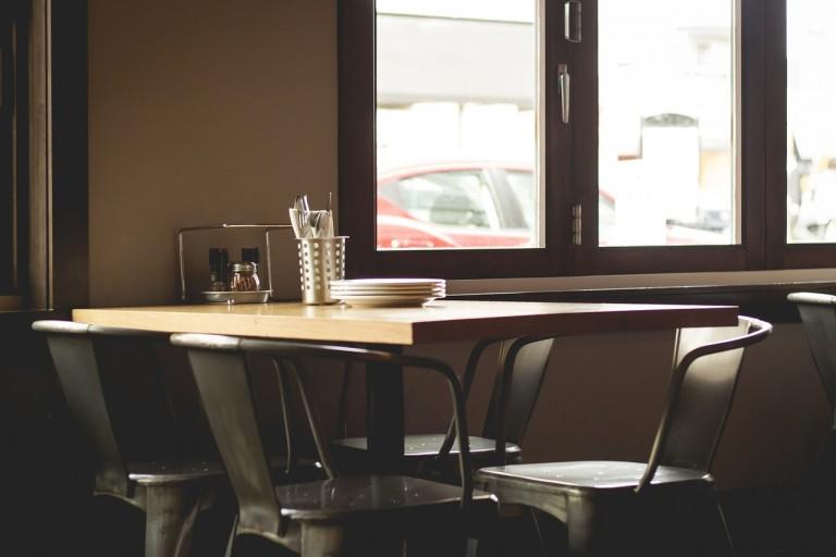 Creëer sfeer met verschillende stoelen aan tafel