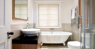Rolgordijn Badkamer Vochtbestendig : Raamdecoratie in de badkamer een overzicht sfeer en living