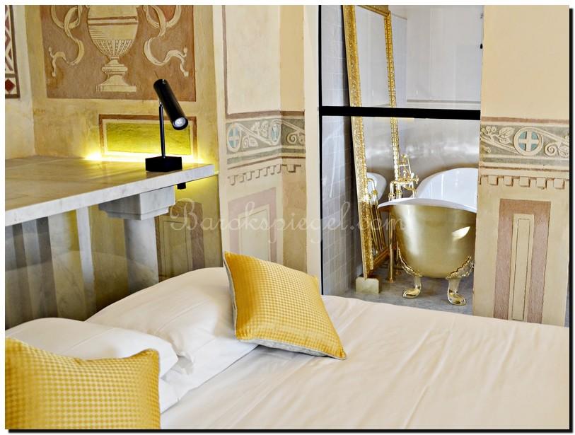 Gouden Barok Spiegel : Gouden barok spiegel achter een gouden bad in suite italië sfeer