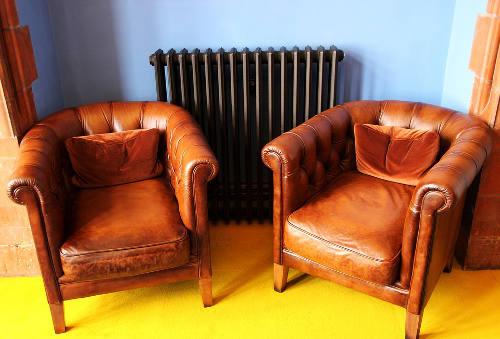 fa152e1794d Meubels van leer zien er over het algemeen bijzonder strak uit. Heb jij een  strak en modern interieur? Dan is de kans groot dat jij een bank of stoelen  hebt ...