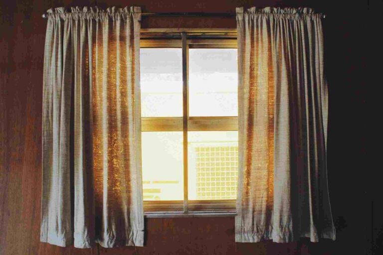 Welke opties zijn er voor raamdecoratie in de woonkamer?