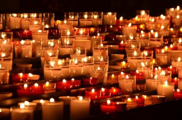 verzameling van kaarsen die branden