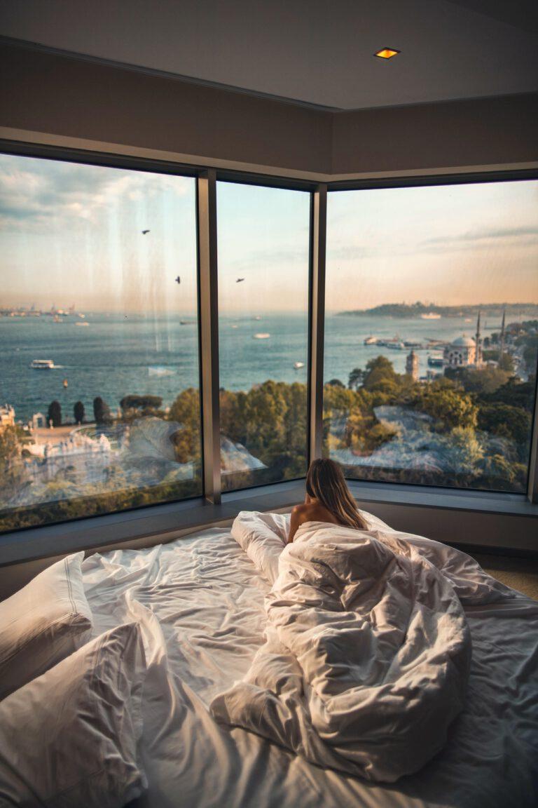 Geef sfeer aan je slaapkamer met design verlichting en accessoires